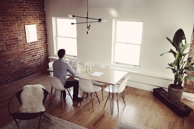 muž u stolu