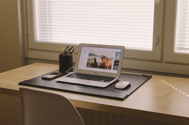 počítač u okna