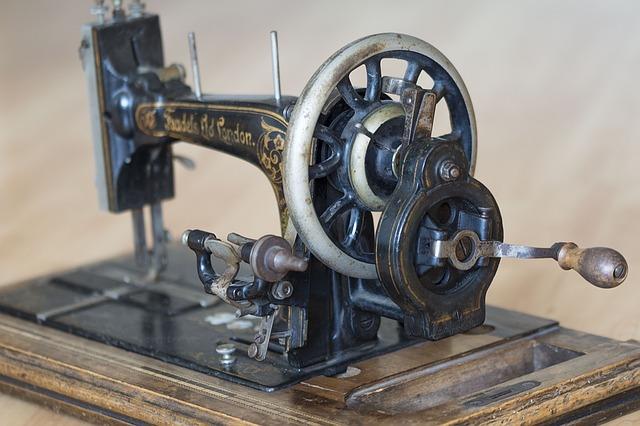 kovový šicí stroj