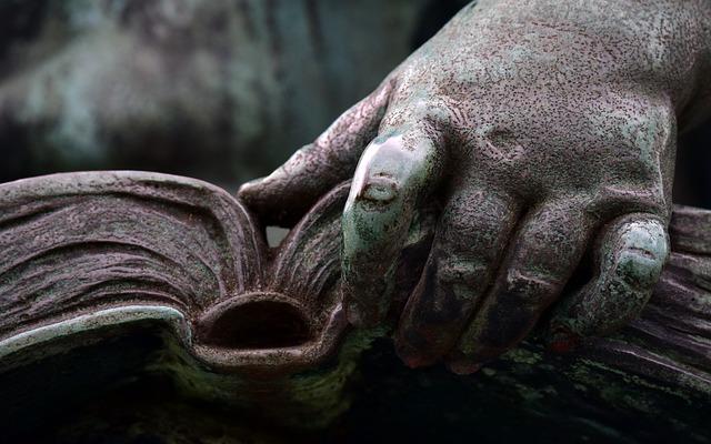 socha s knihou