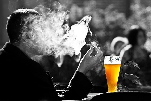 muž s cigaretou u piva.jpg