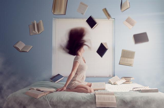 létající knihy nad postelí