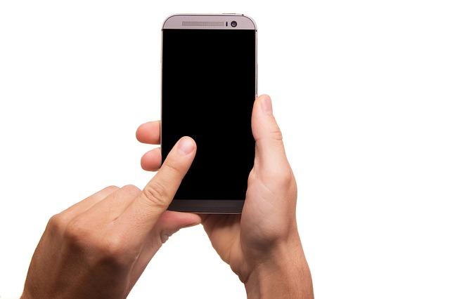 telefon v rukou