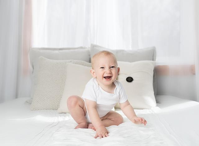dítě na posteli