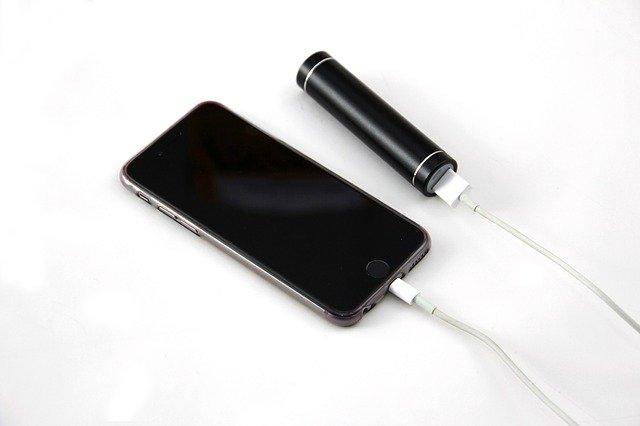 mobilní telefon s nabíječkou a napájecím zdrojem