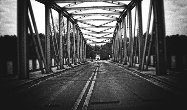 náklaďák u mostu