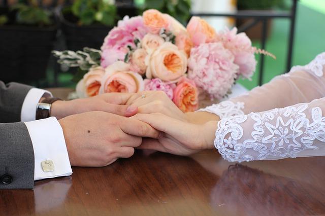 manželé se drží za ruce na stole