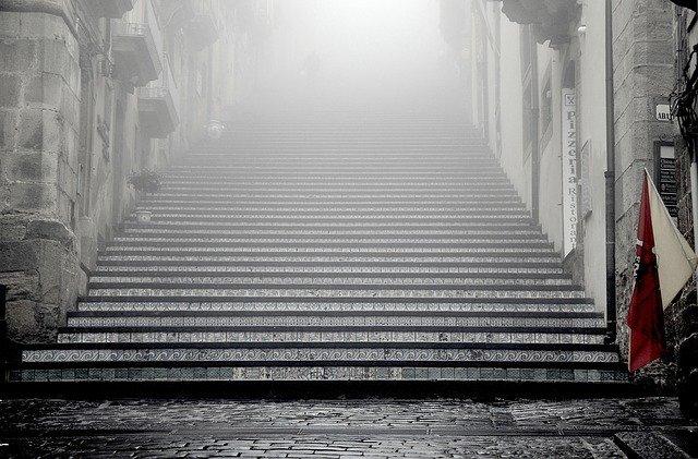 starobylé městské schodiště.jpg