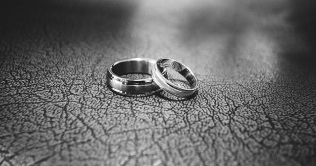 Snubní prstýnky položené na sobě