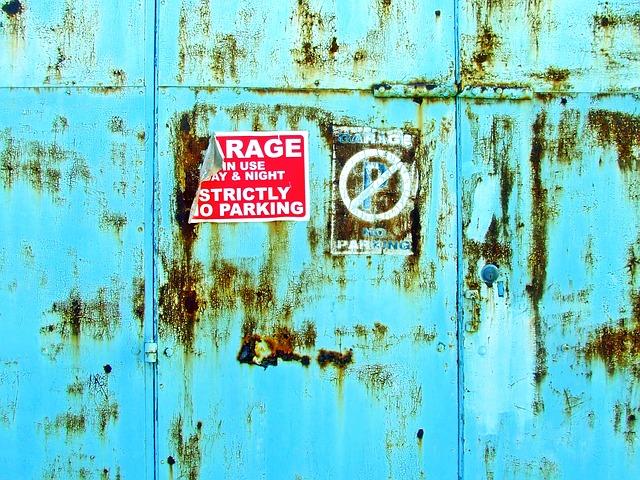 stará, opotřebovaná garážová vrata