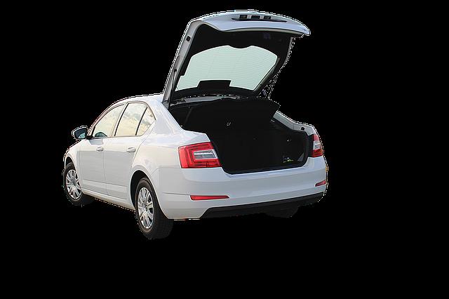 otevřený kufr, bílé auto