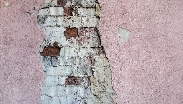 Stará oprýskaná zeď